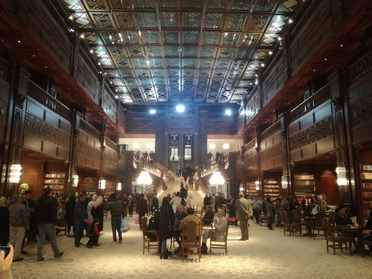فضای داخلی کتابخانه ایران مال